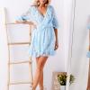 SCANDEZZA Niebieska koronkowa sukienka z kopertowym dekoltem - zdjęcie 3