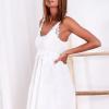 SCANDEZZA Biała sukienka z ozdobna gipiurą przy dekolcie - zdjęcie 2
