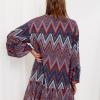 SCANDEZZA Bordowo-turkusowa sukienka w geometryczny nadruk - zdjęcie 3