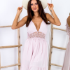 SCANDEZZA Różowa sukienka z ozdobnym dekoltem z tyłu - zdjęcie 3
