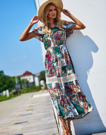 SCANDEZZA Biało-zielona sukienka maxi z etnicznym nadrukiem