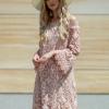 SCANDEZZA Pudroworóżowa sukienka hiszpanka z kwiatową koronką - zdjęcie 6