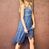 SCANDEZZA Niebieska sukienka maxi z ażurowym dekoltem - zdjęcie 5