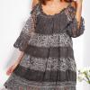 SCANDEZZA Grafitowa sukienka cold shoulder z koronką i cekinowym haftem - zdjęcie 1