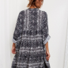 SCANDEZZA Szara sukienka oversize w wężowy wzór - zdjęcie 3