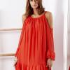 SCANDEZZA Czerwona zwiewna sukienka off shoulder - zdjęcie 5