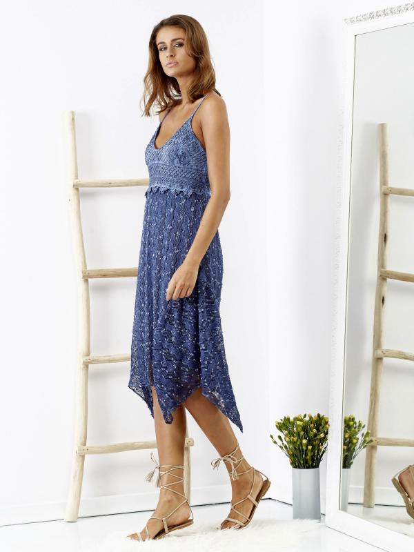 SCANDEZZA Niebieska sukienka maxi z ażurowym dekoltem