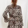 SCANDEZZA Ecru sukienka w panterkę z wiązanym chokerem - zdjęcie 4