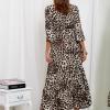 SCANDEZZA Beżowa długa sukienka w panterkę z dłuższym tyłem - zdjęcie 2