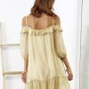 SCANDEZZA Beżowa sukienka z wycięciami na ramionach - zdjęcie 6
