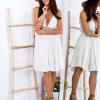SCANDEZZA Beżowa sukienka z ozdobnym dekoltem z tyłu - zdjęcie 3