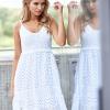 SCANDEZZA Biała sukienka damska z ażurowanym dołem - zdjęcie 4