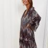 SCANDEZZA Szaro-bordowa sukienka w geometryczny nadruk - zdjęcie 4