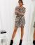 Modelka w krótkiej sukience w panterkę