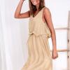 SCANDEZZA Beżowa zwiewna sukienka damska z cekinową lamówką - zdjęcie 1