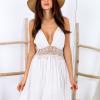SCANDEZZA Beżowa sukienka z ozdobnym dekoltem z tyłu - zdjęcie 4