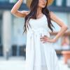 SCANDEZZA Biała sukienka z ozdobna gipiurą przy dekolcie - zdjęcie 6