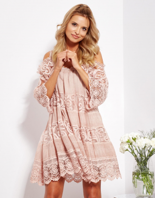 SCANDEZZA Pudroworóżowa sukienka cold shoulder z koronką i cekinowym haftem