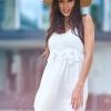 SCANDEZZA Biała sukienka z ozdobna gipiurą przy dekolcie - zdjęcie 4