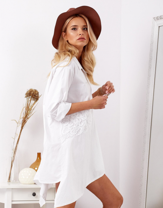 modelka ubrana w białą asymetryczną koszulową sukienkę